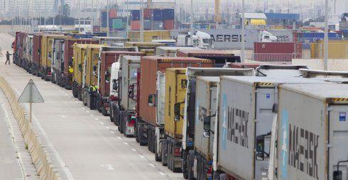 Cola de camiones durante la huelga de estibadores de la semana pasada. :: damián torres